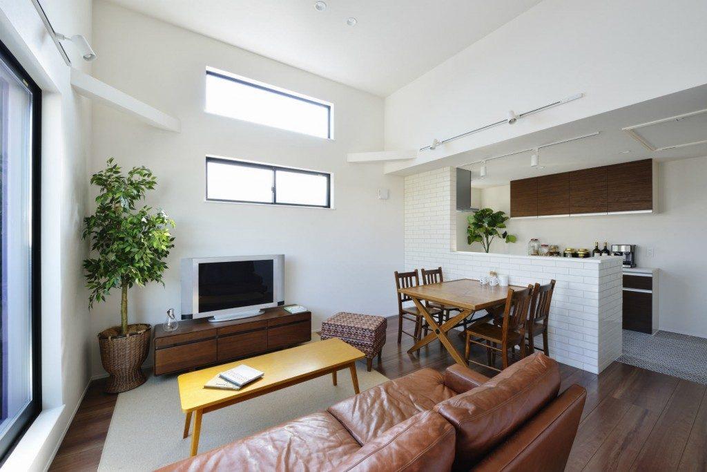天井高3.5mの明るく開放的なリビング。日差しも多く取り入れすっきりとシンプルながらも家族が集う暖かな空間をご用意しました。(居間)