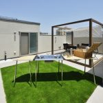 (同シリーズ 施工例) 屋上は、自宅から最も近くてプライベートな屋外空間。ご家族や友人との楽しい時間を過ごしたり、一人での気分転換や天体観測など地上の庭とはひと味違う空間としてお楽しみいただけます。