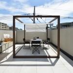 屋上のポーチはシェードで日除けと雰囲気を(J号棟)