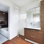 同シリーズ カップボード、洗面、浴室は暖かみのあるクリエモカでコーディネートしました。(風呂)