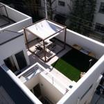 (同シリーズ)ドローン上空撮影 解放感がありながら、プライベートが守られた屋上。(外観)