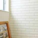 キッチン壁には平田タイルのメイプルブリックを採用