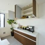 カップボード、洗面、浴室は面材を合わせてコーディネートしました。(キッチン)