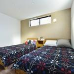 上質感のあるアクセントクロスで落ち着きのある主寝室を演出。(寝室)