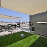 芝生ゾーンにはテントを張れる固定金具付き。