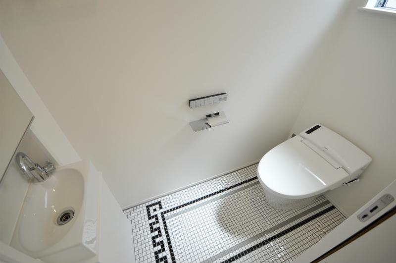 タンクレストイレ採用 床には特徴的なモザイクタイル