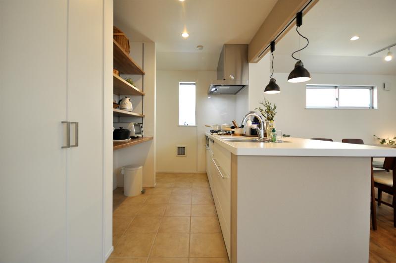 キッチンの足元はタイルでコーデ 床暖房も