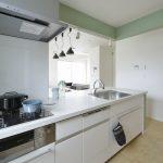 (同シリーズ 施工例) オープンキッチンからは常にリビングを見渡せ、家族とコミュニケーションを取りながらお料理できます。
