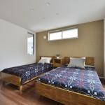 同シリーズ  枕元は上質感のあるアクセントクロスで落ち着きのある主寝室を演出。(寝室)