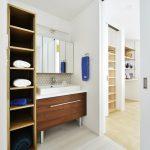 (同シリーズ 施工例) 洗面所にはリネン庫を完備。タオルや着替え、シャンプーなどの消耗品をしまったりと重宝されるスペース。