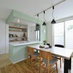 (同シリーズ 施工例) キッチン造作壁と居室の一部には無垢材と相性のいい印象的なアクセントカラーを採用。