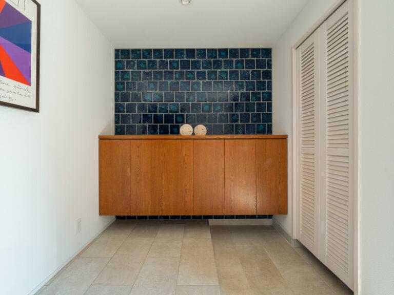 Cap-Martinオリジナルのタイルが映えるエントランス。(現地モデルハウス)(玄関)