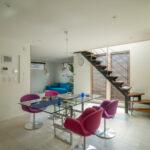 アイアンのとウッドのスケルトン階段で開放的な印象のリビング。(現地モデルハウス)(内装)