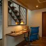 2階ホールには室内窓をつけたカウンターを設置。(現地モデルハウス)