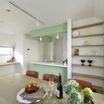 家族と会話を楽しみながら家事ができる対面式キッチン。