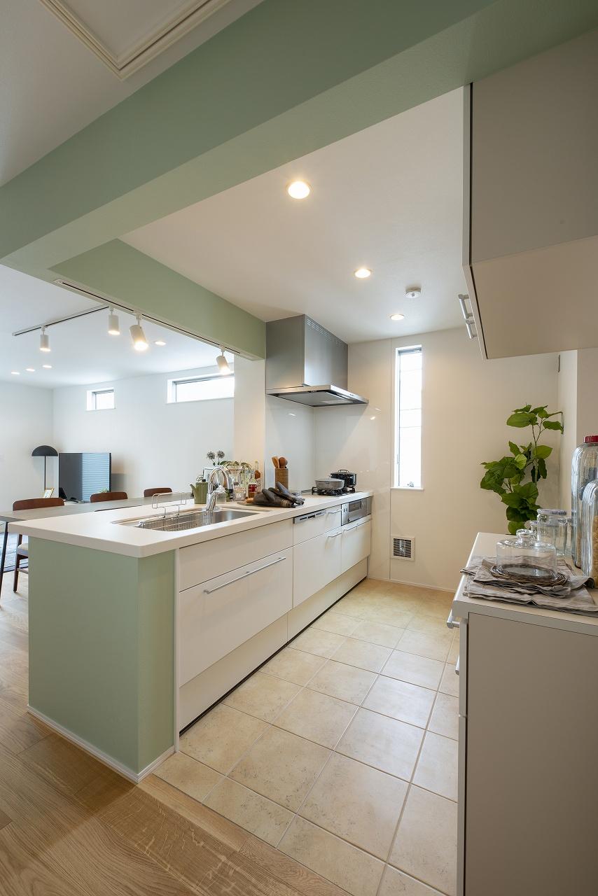 ワイドシンクを採用したキッチンには背面にカップボードを造作。(キッチン)