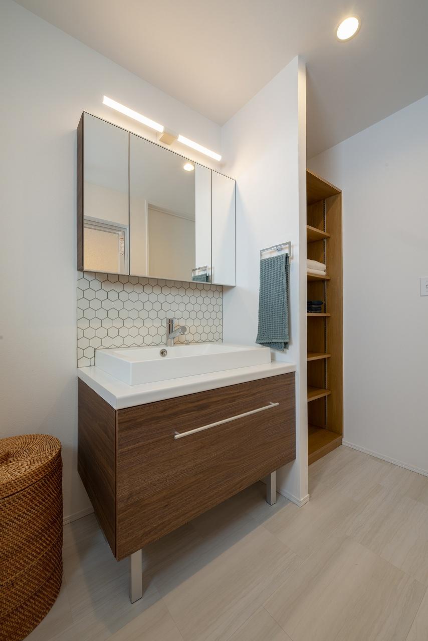 四角いボウルが使いやすい洗面。リネン棚も作り付けです。