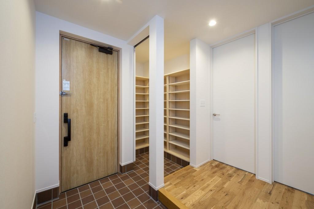 シューズクロークは廊下からもダイレクトにアクセスできるウォークスルータイプ。家族玄関として使用すれば玄関周りをすっきりと保てます。(玄関)